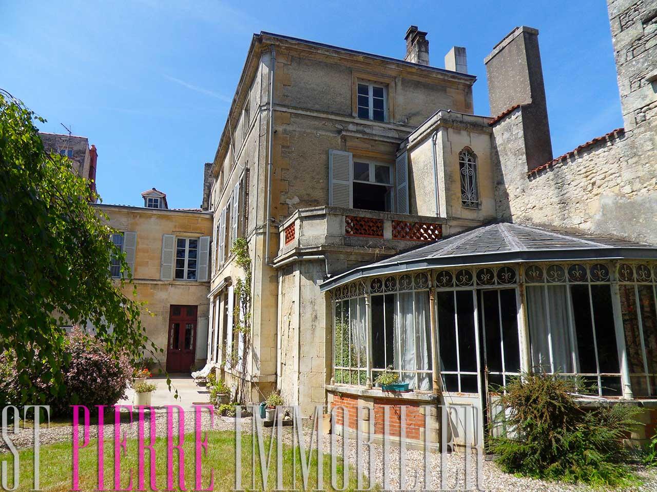 Tr s grande maison de ville niort st pierre immobilier for Maison en vente